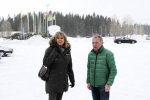 Annette Lindow är ordförande för Östersund Handel, och Lennart Ögren är medlem i föreningen. I bakgrunden syns den aktuella skogsmarken, där ett köpcentrum eventuellt ska byggas.