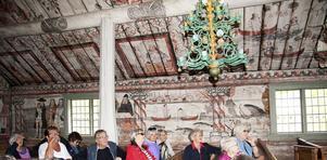 Vackra kurbitsmålningar på väggar och i tak. Här finns också ett av de finaste votivskeppen i Sverige.