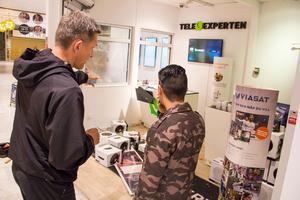 Mats Johansson, från kriminaljouren vid polisen i Västerås, försöker skapa sig en bild av vad som hade hänt vid inbrottet i Tele-expertens butik i Punktgallerian. Bland annat pratade han med Davis Cruz, anställd i butiken.