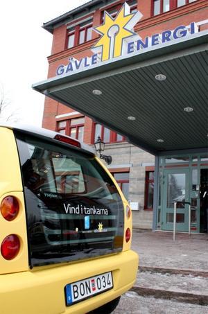 Texten på bakluckan till Gävle Energis nya elbilar har täckning eftersom de drivs med förnyelsebar energi.