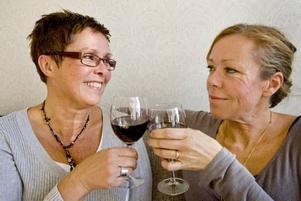 BÄSTA KOMPISAR. Tvillingarna Åsa Carlsson och Anna Englund, Sandviken, gör det mesta tillsammans och delar även intresset för vinprovning. Foto: Håkan Selén