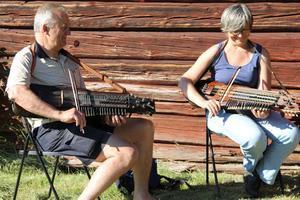 Sven-Olof Sundell från Österbybruk och Geertrui Ryckaert från Belgien spelar Vals från Väddö på sina nyckelharpor.