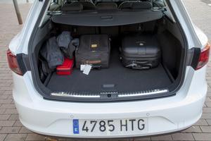 Det är gott om lastutrymme i Seat Leon kombi, faktiskt några liter mer än landets mest säljande kombi, Volvo V70. Men varför skjuter den bakre kofångaren ut så mycket, risken är stor att bli nersmutsad när man ska packa in matkassarna.