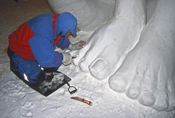 När man väl har en bra kub att jobba med kan man forma snön med verktyg man har hemma. Foto: Privat