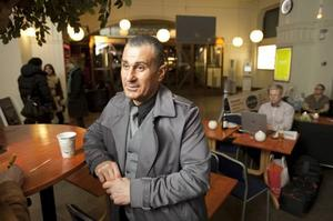 PLÅSTER. Fadde Darwich tackar ja till en kopp kaffe innan han fortsätter till Falun, där han ska jobba som gästvakt under helgen. Men egentligen handlar det om att vara dragplåster åt krögare.