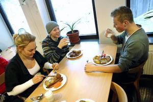 Mathilda Dahlqvist, 16 år, Ludwig Cassman, 16 år, och Erik Ohlsson, 16 år, är alla tre emot den vegetariska dagen i skolan.– Ur miljösynpunkt är det bra tänkt, men man behöver ändå kött. Man blir mätt på att äta kött, säger Mathilda, och Erik fyller i:– Ja, man behöver något lite matigare.– Det borde i alla fall finnas ett alternativ till den vegetariska maten, säger Mathilda.