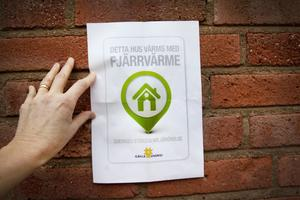 Den här skylten vill Gävle Energi sätta upp på alla bostadsföreningar och företag som har fjärrvärme.