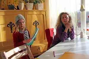 I ett skåp intill matbordet har Malva och Mio sina skolsaker. Malva gillar att pyssla och rita. Mamma Therese håller i undervisningen. De känner sig välkomna på Åland, men de medger att det var ett större steg än vad de hade räknat med att flytta dit.