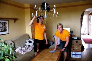 Varför inte. Marica Åhgren och Ewa Jonsson anser att hjälp i hemmet kan ge folk mer tid till exempelvis fritidsintressen. Foto:Ulrika Hansson