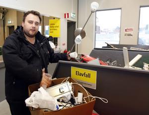 Richard Erixon tömde förrådet på Gävles återvinningscentral.  – 80 procent är nog helt men det är omodernt, säger han.