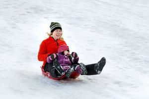 Hej vad det går. Treåriga Villemo Enström hade mamma Nette med sig i pulkan.