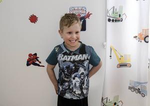 Med tanke på hur mycket Vincent gillar superhjältar, är det inte konstigt att han har Spindelmannen på tapeten i sitt rum.