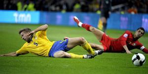 Sveriges Adam Johansson and Portugals Cristiano Ronaldo  i kamp om bollen i i VM-kvalmatchen i Porto på lördagskvällen..