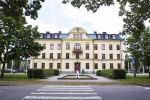 Vi viker oss inte när det gäller att försvara studiestödssystemet, skriver Elin Pöllä och Elin Lundgren. På bilden Högskolan i Gävle.