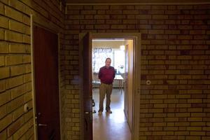 Kjell Andersson, bor i en lägenhet i Krylbo. Han vill varna andra för inbrottstjuvar som tar sig in i flerbostadshus.