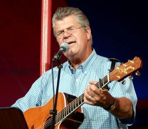 Roland Lundgren bjuder Vevlingestrands besökare på country, gospel och visa på lördag.