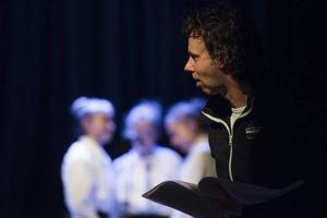 Robert Falk är utbildad musikalartist och är regissör i dag.