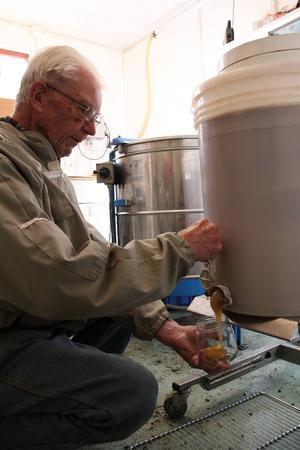 I Olov Ohlanders honung finns Hälsingenaturen samlad. I hans honung är nektaren tagen från traktens skog och ängar: vildhallon, äppelblom, vitklöver och rallarros.