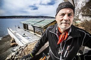 Kjell Lundberg med sitt efterlängtade båthus i bakgrunden.