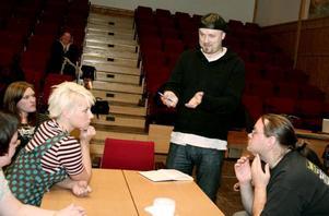 Nedläggningen blev teater. Regissören Reine Lööf tillsammans med aktörerna i Jävla Finnar; Tommy Alftberg, Kent Lundberg, Janet Frisk, Sara Waller Skoog och Ronnie Bäcklin.