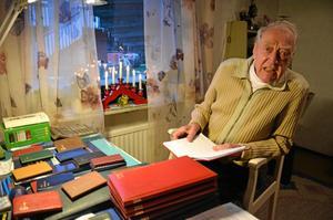 Stig Johansson från Fjugesta bläddrar bland sina dagböcker.