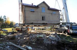 Så här såg det ut den 22 oktober 2011, när huset lyftes upp och flyttades från sitt läge intill järnvägsövergången i Vik.