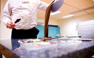 Här hälls chokladen ner den naturligt svala marmorbänken. Foto: Sofie Lind