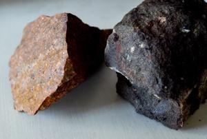 Alnöbergarter. Röd trakyt, kvartsrik och hård, har brutits som byggmaterial. Den gråprickiga beforsiten är namngiven efter Bergeforsen.