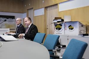 Statens advokater Hans Forssell och Jonas Löttiger. Bakom dem flyttlådor med papper gällande målet. Girjas sameby och SSR (Svenska Samernas Riksförbund) stämmer staten, mål i Gällivare tingsrätt.