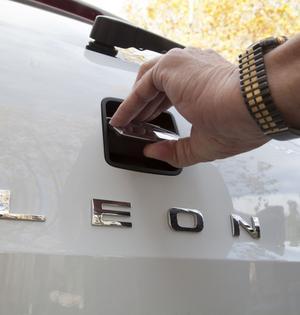 Bakluckan öppnas på VW-vis med ett tryck på märkesemblemet.