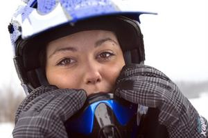 Emilie Noras från Söderhamn drog på sig hjälmen för att köra iscarting.