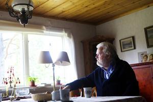 Vid 70 års ålder är hans penna och åsikter kanske skarpare än någonsin. Kjell Albin Abrahamsons nästa bok handlar om den kanske förste öppet homosexuelle mannen i Sverige – Victor Hugo Wickström.