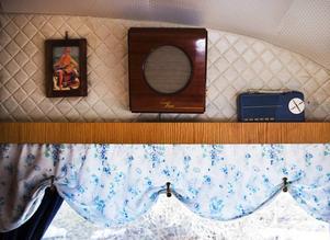 Många av husvagnens dekorationer har köpts på loppisar.