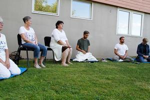 En gång i veckan träffas gruppen för att meditera tillsammans.