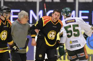 Så här såg det ut när Brynäs tog emot Färjestad i november. Ole-Kristian Tollefsen körde in Marc Zanetti i sargen så han fick hjälpas av banan.