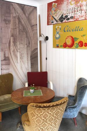 Inredningen i kaféet är i traditionell stil, med retroaffischer på väggarna.