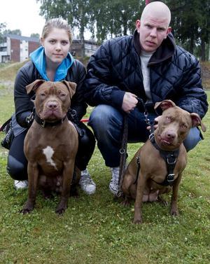 Familjen är samlad. Mikael Arbinger håller i tvååriga Donna, och hans flickvän Jelena Beliabskaia håller i den tio månader gamla Ice.