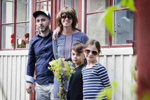 I den gamla byggnaden från 1929 bor Azad Abdulahi och Louise Jakobsson med barnen Miro och Hilda.