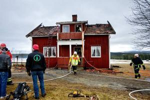 Med hjälp av värmekameror kontrollerar räddningstjänsten att branden verkligen är helt släckt. Branden fick fäste under takpannorna och spred sig snabbt. Det gamla sekelskifteshuset i Hållbacken gick inte att rädda.