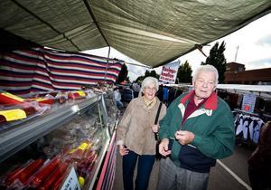 Alice och Rolf Hedlund från Borlänge slog till med att inhandla lite rökt fläsk i ett av de många marknadsstånden.