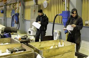 Lucas och hans pappa Bertil Jacobsson har fullt upp med att packa upp varor och checka av inköpslistor.