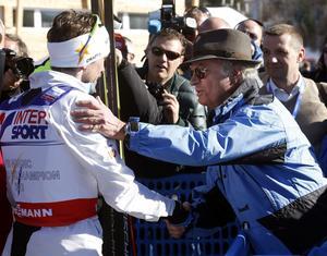 En skidkung hälsar på en vanlig kung under VM i Val di Fiemme 2013. Där blev Olsson världsmästare för första gången, på 50 kilometer masstart i klassisk stil.