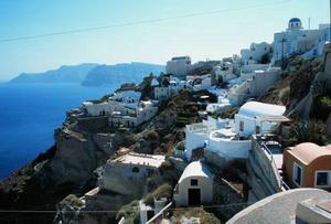 Byta bostaden mot ett hem i grekiska staden Oia några veckor vore väl toppen.