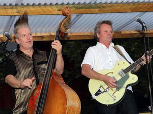 """Rune """" Brutal """" Fridh och Björn """" Vital """" Viding är två av frontfigurerna i Gävlebandet The Rockfire som nyligen lockade mycket folk till en musikkväll på Laxön, Älvkarleby där det rockades loss ordentligt under ett par timmar."""