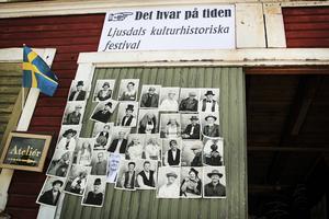 Besökare kunde sätta upp egna fotografier på kulturhistoriska festivalen Det hvar på tiden, med tema mode.
