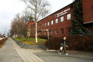 Här vid Östersunds bibliotek ska en 22-åring, enligt Östersunds tingsrätt, ha sparkat omkull en annan man.
