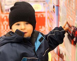 2. Allt som rör Blixten McQueen brukar gå hem hos små pojkar. Tim Sundberg, 2,4 år, från Hudiksvall utgör inget undantag. Får han något med Blixten på i julklapp blir han glad.