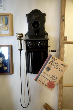I hallen finns en vevtelefon. Telefonkatalogen är från 1935.