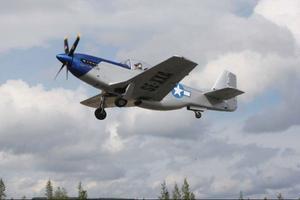 """Kenneth Hoflin uppe i luften med sin """"baby"""".Många intresserade passade på att ta fram kameran när flygplanen lyfte."""
