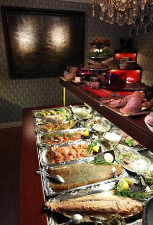 Det mesta av maten som serveras på Kungsfors Herrgård görs på plats. Sillen lägger de till exempel in själva. Nuförtiden vilar den på ett kylbord som ser till att fisken hålls tjänlig.
